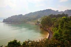 Όμορφες δέντρα και λίμνη στοκ εικόνα