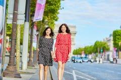 Όμορφες δίδυμες αδελφές μπροστά από Arc de Triomphe Στοκ Φωτογραφίες