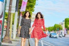 Όμορφες δίδυμες αδελφές μπροστά από Arc de Triomphe Στοκ φωτογραφία με δικαίωμα ελεύθερης χρήσης