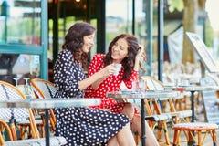 Όμορφες δίδυμες αδελφές που πίνουν τον καφέ στο Παρίσι Στοκ φωτογραφία με δικαίωμα ελεύθερης χρήσης