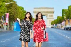 Όμορφες δίδυμες αδελφές που ψωνίζουν στο Παρίσι Στοκ φωτογραφία με δικαίωμα ελεύθερης χρήσης