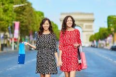 Όμορφες δίδυμες αδελφές που ψωνίζουν στο Παρίσι Στοκ εικόνες με δικαίωμα ελεύθερης χρήσης