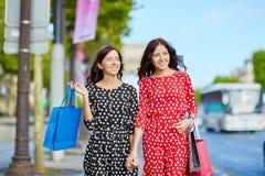 Όμορφες δίδυμες αδελφές που ψωνίζουν στο Παρίσι Στοκ Φωτογραφία