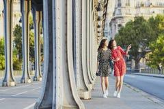 Όμορφες δίδυμες αδελφές στη Bir Hakeim γέφυρα στο Παρίσι, Γαλλία Στοκ εικόνα με δικαίωμα ελεύθερης χρήσης