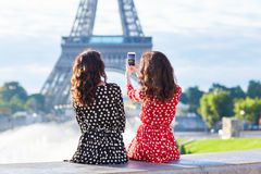 Όμορφες δίδυμες αδελφές στο Παρίσι, Γαλλία Στοκ Εικόνες