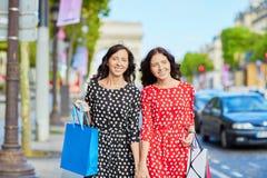 Όμορφες δίδυμες αδελφές στο Παρίσι, Γαλλία Στοκ φωτογραφία με δικαίωμα ελεύθερης χρήσης