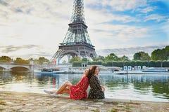 Όμορφες δίδυμες αδελφές στο Παρίσι, Γαλλία Στοκ Εικόνα