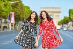 Όμορφες δίδυμες αδελφές walkingin Παρίσι Στοκ Εικόνες