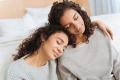 Όμορφες αδελφές που αγκαλιάζουν με τις προσοχές τους ιδιαίτερες Στοκ Εικόνα