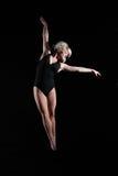 όμορφες ανασταλμένες gymnast ν&eps Στοκ Εικόνες