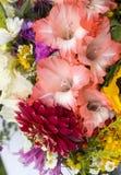 όμορφες ανθοδέσμες από τα λουλούδια και τα χορτάρια Στοκ Φωτογραφίες
