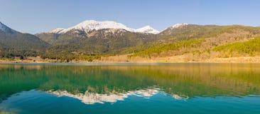 Όμορφες αντανακλάσεις στη λίμνη Doxa στην Ελλάδα Στοκ φωτογραφία με δικαίωμα ελεύθερης χρήσης
