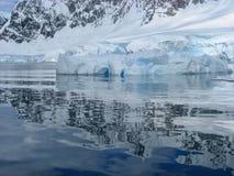 Όμορφες αντανακλάσεις ενός παγόβουνου στην Ανταρκτική Στοκ φωτογραφία με δικαίωμα ελεύθερης χρήσης