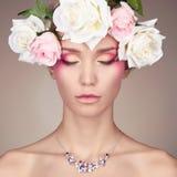 όμορφες απομονωμένες λουλούδια νεολαίες λευκών γυναικών ανασκόπησης Στοκ φωτογραφίες με δικαίωμα ελεύθερης χρήσης