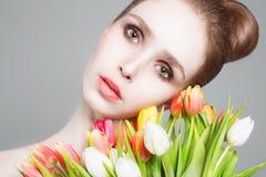 όμορφες απομονωμένες λουλούδια νεολαίες λευκών γυναικών ανασκόπησης Στοκ Εικόνες