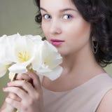 όμορφες απομονωμένες λουλούδια νεολαίες λευκών γυναικών ανασκόπησης Στοκ Φωτογραφία