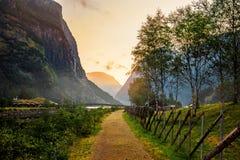 Όμορφες απόψεις της ανατολής πέρα από το φιορδ και τα βουνά από τη γέφυρα στο νορβηγικό χωριό Gudvangen στοκ φωτογραφία