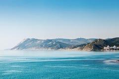 Όμορφες απόψεις της θάλασσας και των βουνών Στοκ φωτογραφία με δικαίωμα ελεύθερης χρήσης