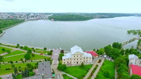 Όμορφες απόψεις της πόλης, του αναχώματος, του πάρκου, του παλαιού κάστρου και της μπλε λίμνης στο κέντρο πόλεων εναέρια όψη Ουκρ φιλμ μικρού μήκους