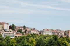 Όμορφες απόψεις των κατοικημένων κτηρίων στο ευρωπαϊκό μέρος της Ιστανμπούλ στην Τουρκία Στοκ Εικόνες