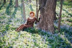 όμορφες δασικές νεολαί&epsil Στοκ φωτογραφία με δικαίωμα ελεύθερης χρήσης