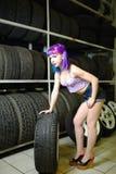Όμορφες αυτοκινητικές μηχανικές εργασίες κοριτσιών hipster με τις ρόδες στις ρόδες Στοκ εικόνες με δικαίωμα ελεύθερης χρήσης
