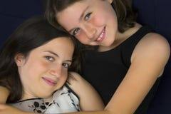 Όμορφες αδελφές που χαμογελούν και που αγκαλιάζουν Στοκ φωτογραφία με δικαίωμα ελεύθερης χρήσης