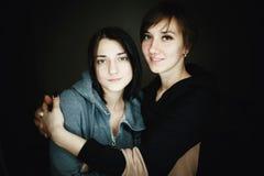 Όμορφες αδελφές σε έναν πυροβολισμό στούντιο Στοκ φωτογραφία με δικαίωμα ελεύθερης χρήσης