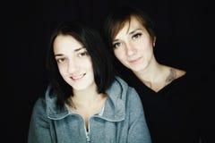 Όμορφες αδελφές σε έναν πυροβολισμό στούντιο Στοκ Εικόνες