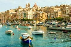Όμορφες βάρκες στο λιμάνι Valletta με τη εικονική παράσταση πόλης στο υπόβαθρο στοκ εικόνα με δικαίωμα ελεύθερης χρήσης