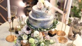 Όμορφες γαμήλιες διακοσμήσεις στο γάμο Τα όμορφα λουλούδια είναι στον πίνακα απόθεμα βίντεο