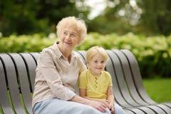 Όμορφες γιαγιά και αυτή λίγος εγγονός που περπατά μαζί στο πάρκο Στοκ εικόνες με δικαίωμα ελεύθερης χρήσης