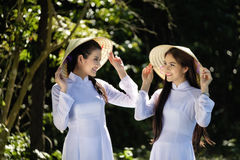 Όμορφες γυναίκες με το παραδοσιακό κοστούμι πολιτισμού του Βιετνάμ στον πιό forrest Στοκ εικόνα με δικαίωμα ελεύθερης χρήσης