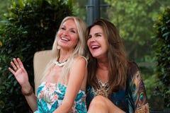 Όμορφες γυναίκες που έχουν τη διασκέδαση Στοκ φωτογραφία με δικαίωμα ελεύθερης χρήσης