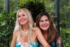 Όμορφες γυναίκες που έχουν τη διασκέδαση Στοκ Εικόνες