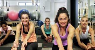 Όμορφες γυναίκες που ασκούν στο στούντιο ικανότητας απόθεμα βίντεο