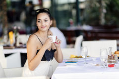 Όμορφες γυναίκες που πίνουν το τσάι στο εστιατόριο Στοκ φωτογραφία με δικαίωμα ελεύθερης χρήσης