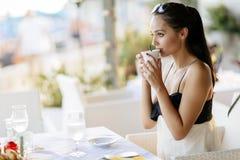 Όμορφες γυναίκες που πίνουν το τσάι στο εστιατόριο Στοκ Εικόνες