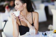 Όμορφες γυναίκες που πίνουν το τσάι στο εστιατόριο Στοκ φωτογραφίες με δικαίωμα ελεύθερης χρήσης