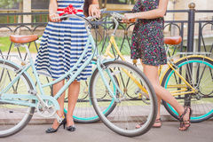 Όμορφες γυναίκες που ταξιδεύουν με το ποδήλατο Στοκ φωτογραφία με δικαίωμα ελεύθερης χρήσης