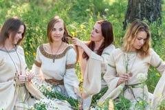 Όμορφες γυναίκες που χαλαρώνουν στη φύση στοκ φωτογραφίες με δικαίωμα ελεύθερης χρήσης