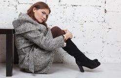 Όμορφες γυναίκες στο γκρίζο παλτό στοκ εικόνα