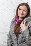 Όμορφες γυναίκες στο γκρίζο παλτό στοκ φωτογραφία