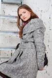 Όμορφες γυναίκες στο γκρίζο παλτό στοκ εικόνες με δικαίωμα ελεύθερης χρήσης