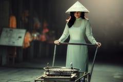 Όμορφες γυναίκες στο AO Dai Βιετνάμ παραδοσιακό Στοκ Εικόνες