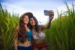 Όμορφες γυναίκες τουριστών που παίρνουν τις φίλες selfie μαζί με το κινητό τηλέφωνο στην απόλαυση χαμόγελου τοπίων φύσης τομέων ρ στοκ εικόνες