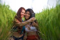 Όμορφες γυναίκες τουριστών που παίρνουν τις φίλες selfie μαζί με το κινητό τηλέφωνο στην απόλαυση χαμόγελου τοπίων φύσης τομέων ρ στοκ φωτογραφίες με δικαίωμα ελεύθερης χρήσης