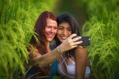 Όμορφες γυναίκες τουριστών που παίρνουν τις φίλες selfie μαζί με το κινητό τηλέφωνο στην απόλαυση χαμόγελου τοπίων φύσης τομέων ρ στοκ φωτογραφία με δικαίωμα ελεύθερης χρήσης