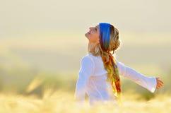 όμορφες δημητριακών νεολαίες γυναικών πεδίων χρυσές Στοκ φωτογραφία με δικαίωμα ελεύθερης χρήσης