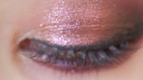 Όμορφες διακοπές ματιών γυναικών καφετιές makeup Κινηματογράφηση σε πρώτο πλάνο σύνθεσης Νέος μακρο βλαστός ματιών γυναικών Smoke φιλμ μικρού μήκους